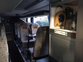 Exemple d'un défibrillateur installé dans un autocar