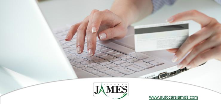 Femme tapant sur un clavier