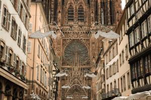 La rue Mercière, menant à la cathédrale Notre-Dame de Strasbourg, dans le Bas-Rhin.